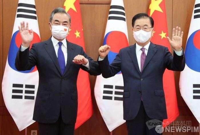 韩国外长郑义溶(右)与中国外长王毅合影。【图片=纽斯频通讯社】
