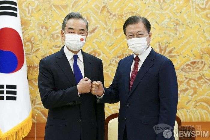 韩国总统文在寅(右)与中国外长王毅合影。【图片=青瓦台提供】
